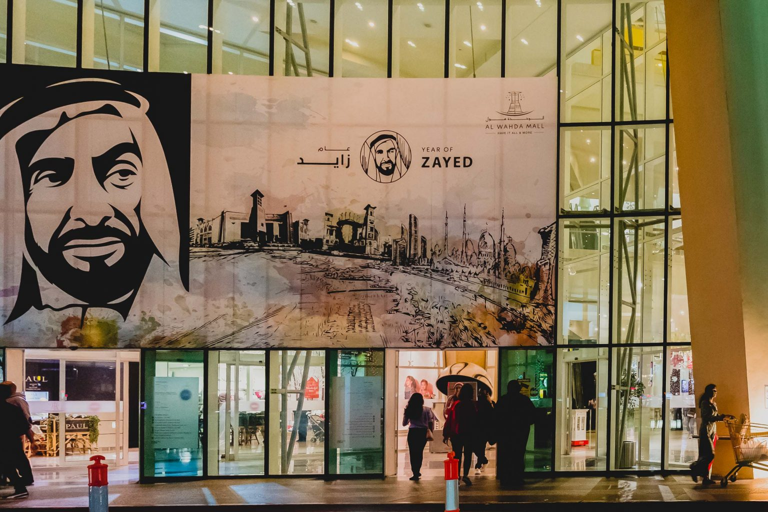 MALL IN ABU DHABI DISPLAYING A GIANT PORTRAIT OF SHEIKH ZAYED BIN SULTAN, FOUNDER OF THE UAE